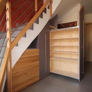 Einbauschrank Treppe - Geöffnetes Schieberegal