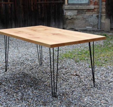 Tisch mit einem filigranen Gestell